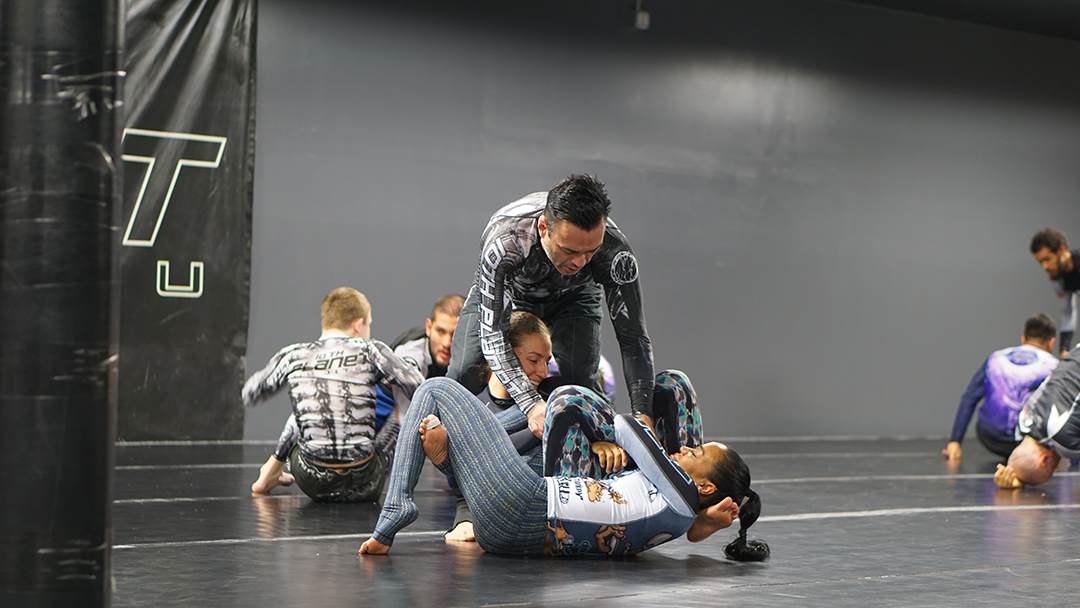 Eddie Bravo helping students